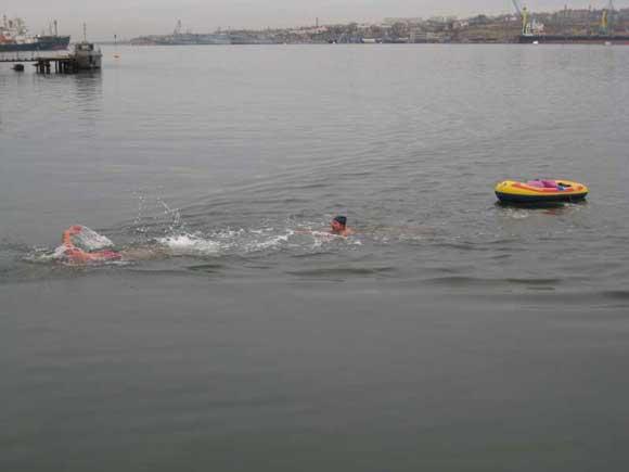 Видеофакт: в Севастополе на День Святого Николая три богатыря бросились в ледяную воду фото 3