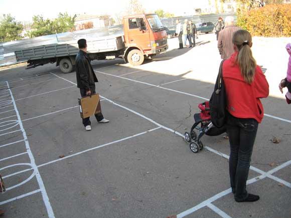 грузовик на школьном дворе