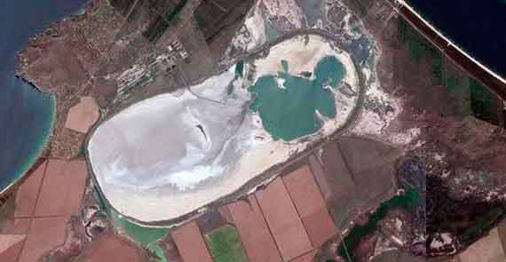 Акташское водохранилище. Дамба была построена вокруг него