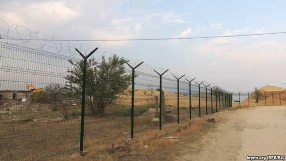 Забор проходит через район Цементная слободка в Керчи, сентябрь 2017 года