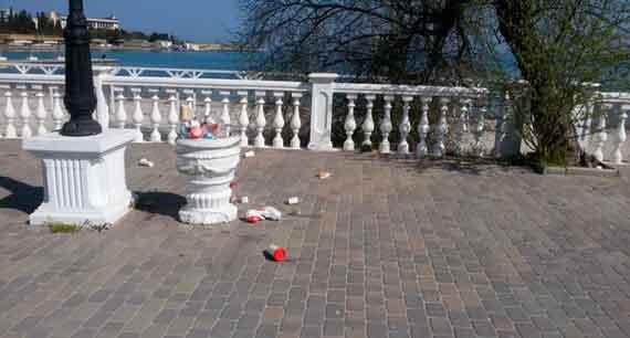 Набережная Омеги из популярного места отдыха горожан и туристов превращается в мусорную свалку