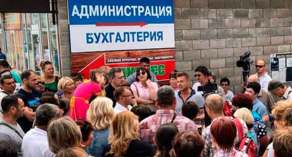 В Севастополе неизвестные взяли штурмом рынок «Чайка»