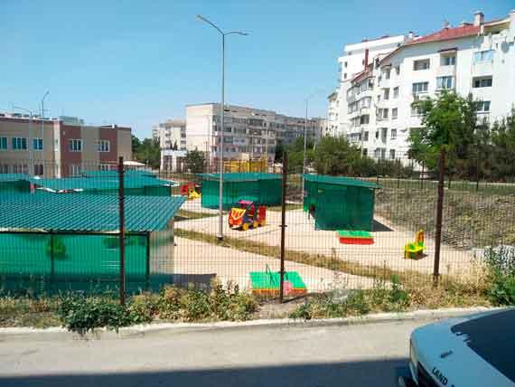 На территории нового детского сада нет ни единого деревца или кустарника, веранды выполнены из дешевого пластика и нахождение в них не только некомфортно для детей, но и опасно в жаркое время года