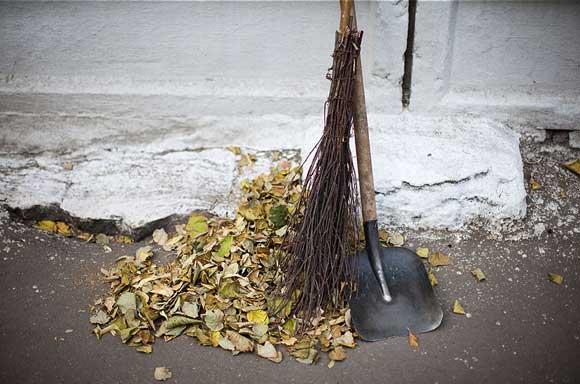 Пора листья мести, мусор летний подбирать (видео)
