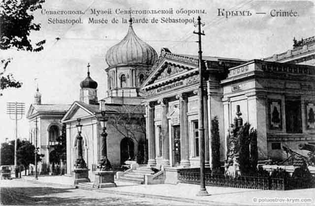 За зданием музея Севастопольской обороны видна Михайловская церковь, за которой Адмиралтейский Николаевский собор